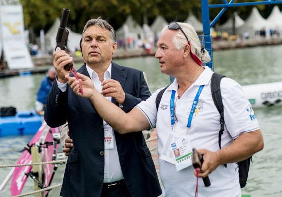 Balatonfüreden nyíltvízi úszó-világbajnokságot indított Orbán startpisztollyal.