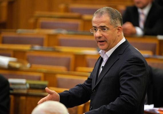 Ma már elég megdöbbentő, de bizony kilenc éve még Kósa Lajos is majdnem ádáz ellenféllé változott Orbán számára. A sokkszerű választási vereség után ugyanis Kósa Lajos azt mondta, nem biztos, hogy a következő választásokon Orbán lesz a Fidesz miniszterelnök-jelöltje.