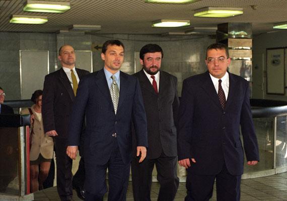 Simicska Lajossal gyerekkori barátok voltak, ám állítólag már tavaly tavasz óta nem beszéltek egymással. Hogy tényleg az orosz közeledés miatt vesztek össze, vagy Orbán túl hatalmasnak gondolta a milliárdost, nem tudni, de tény, hogy ma talán a vele évtizedekig bizalmas viszonyban lévő üzletember a miniszterelnök legveszélyesebb ellenfele.