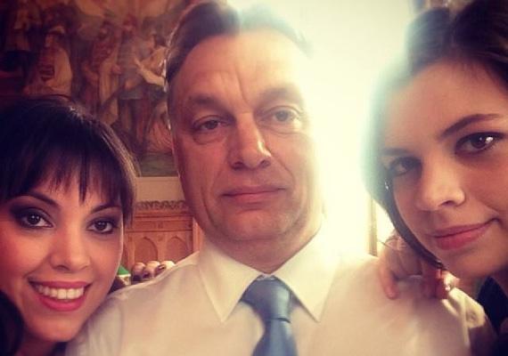 Az ünnepi selfie-t a miniszterelnök március 15-én posztolta a közösségi oldalára. A képen a két nagyobb lányával, Ráhellel és Sárával látható. Ráhelnek egyébként nyáron volt az esküvője, amiről szintén őrült sok képet posztolt a miniszterelnök.
