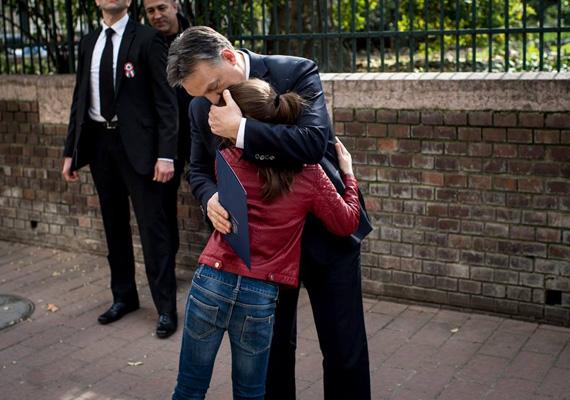 Szintén a március 15-i miniszterelnöki ünnepi beszéd előtt öleli magához a lányát Orbán Viktor.