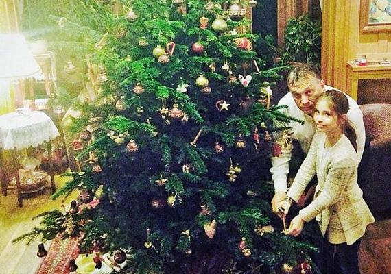 Orbán Flóra újfent boldogan fotózkodik apjával a család karácsonyfája alatt.