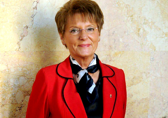 Bajnai Rózsa néven született az egykori köznevelési államtitkár. Új vezetéknevét akkor vette fel, amikor egybekeltek férjével, dr. Hoffmann Bélával.
