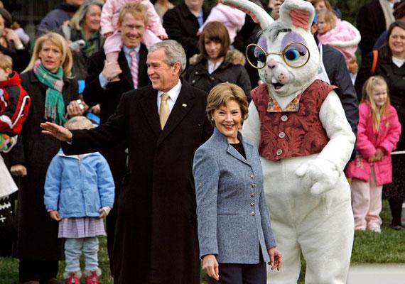 George Bush elnöksége óta mit sem változott a helyzet Washingtonban, talán csak a nyúljelmez lett kicsit kevéssé ijesztő. A Bush-éra tapsifülese hátborzongató volt.