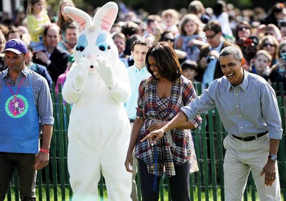 Az amerikai elnökök kénytelenek minden évben egy hasonlóan ijesztő nyúljelmezt viselő emberrel fotózkodni a Fehér Ház kertjében. Az épület kertjének pázsitján minden évben megrendezik a tojásgurítást, ami azt jelenti, hogy gyerekek botokkal hajtják a célba a hímes tojásokat.