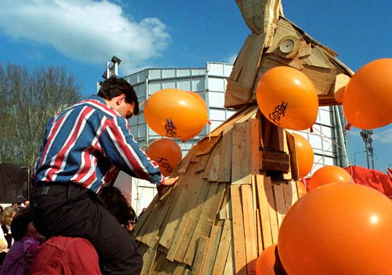 """Ehhez az 1994-ben készült fotóhoz csak az MTI korabeli leírását közölnénk: Deutsch Tamás, a Fidesz alelnöke a nyakában Orbán Viktor pártelnökkel leleplezi a """"Fülinapi Fanyulat"""" a Fidesz 6. születésnapi ünnepségén húsvéthétfőn."""