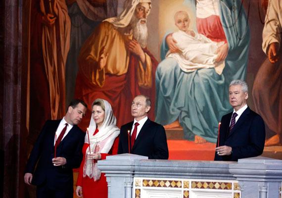 Az amerikai elnökökkel ellentétben Putyin húsvétkor sem ismer tréfát. A hangulatot felesége sem oldhatja már, akivel hosszú házasság után 2013-ban elváltak. Minden egyes évben elkészül egy ugyanilyen fotó az orosz elnök megemlékezéséről.