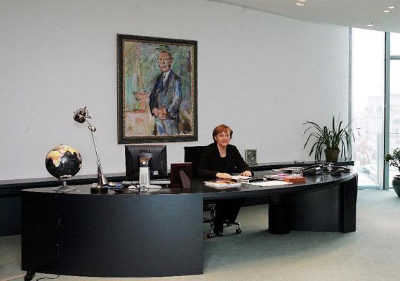 Angela Merkel íróasztala modern, rajta számítógép, telefon, néhány papír, egy földgömb és egy asztali lámpa. A német kancellár még a székével is kerüli a hivalkodást, egyszerű irodai ülőalkalmatosságon vezeti Európa első számú gazdasági hatalmát. Egyetlen dolog emlékeztet a múltra Merkel modern irodájában. A falon Oskar Kokoschka osztrák festő Konrad Adenauert - a Német Szövetségi Köztársaság első kancellárja - ábrázoló festménye látható.