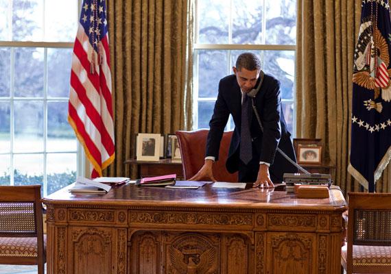 Barack Obama asztala talán a legkalandosabb történetű elnöki bútordarab. A Resolute Desknek keresztelt asztal generációk óta szolgálja ki az Egyesült Államok elnökeit. A Resolute Desket egy hajó maradványaiból faragták, és Viktória angol királynő adományozta a Fehér Háznak 1880-ban. Obama nem terheli túl az antik bútort, és csak egy telefont és néhány iratot tart rajta egyszerre.