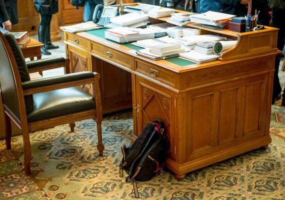 Orbán Viktor második ciklusában nagyobb irodára vágyhatott elődeinél, mivel íróasztalát áttette az addig tárgyalóként használt Nándorfehérvári terembe. A miniszterelnöki Facebook-oldalra posztolt fotó alapján elmondhatjuk, hogy bár nincs olyan kalandos története a budapesti asztalnak, mint washingtoni társának, nem panaszkodhatunk, a magyar miniszterelnöki íróasztal is van olyan szép, mint Obamáé. Még akkor is, ha az elképesztő mennyiségű irathalmaztól jóval kevesebb látszik belőle.