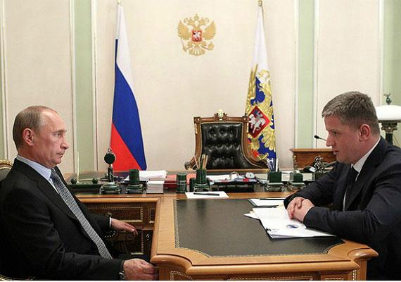 Vlagyimir Putyin asztala rendhagyó alakú, ugyanis merőlegesen egy külön kis tárgyalóasztal nyúlik ki belőle. Az elegáns tolltartóból ránézésre egyszerű ceruzák és olcsó töltőtollak bukkannak elő, de a trónnak is beillő széket alighanem a cárok is megirigyelték volna annak idején.