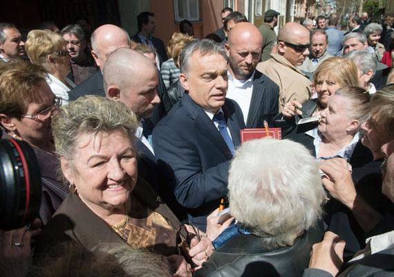 Orbán Viktor lehet, hogy már megneszelte, hogy betilthatják kormánya kedvenc szavát, ezért gyorsan váltott. Az alkalmazkodás nagymestereként húzta elő az autópálya szót. Egy ideje már hét nem telhet el, hogy a miniszterelnök ne menjen el egy vidéki városba, és a lakóknak ne ígérjen egy autópályát. Ráadásul az M4-es botránnyal kapcsolatban is gyakorta előkerült a kifejezés, csak abban a helyzetben Lázár János koptatta azt, és nem túl pozitív környezetben, ugyanis egy komoly beruházás félbehagyásáról volt szólt.