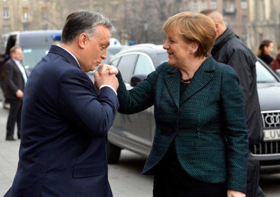 Angela Merkel már edzett, ami a kézcsókot illeti: a leköszönt francia elnök, Jacques Chirac és a lengyel Katczinsky is köszöntötte már így. Orbán Viktortól már azt sem veszi zokon, hogy a magyar miniszterelnök két kézzel markolja a kezét.