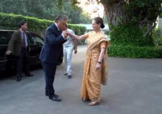 Egy kínos pillanat: Orbán Viktor csókor akar nyomni Sonia Gandhi kezére, azIndiai Nemzeti Kongresszus Párt elnöke viszont elrántja. Nem csoda: hazájában - ha csak nem közeli hozzátartozókról van szó - nagyon ritka a testi érintés. Egy protokollszakértő igazán figyelmeztethette volna a miniszterelnököt.
