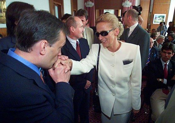 Orbán fiatalabb korában is ragaszkodott az ódivatú-modoros hagyományhoz, és pártjaik választási megállapodásának aláírása után kezet is csókolt Dávid Ibolyának.