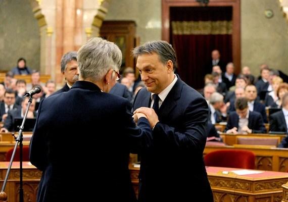 Kijárt a kézcsók természetesen a korábbi fejlesztési miniszternek, Németh Lászlónénak is a Parlamentben, még 2012-ben.