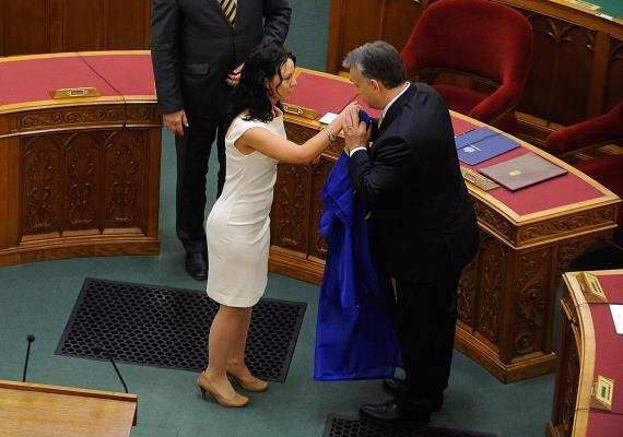 Orbán az ellenzék nőtagjainak kezét sem kíméli: Szabó Tímea, a PM képviselője is megkapta a magáét.