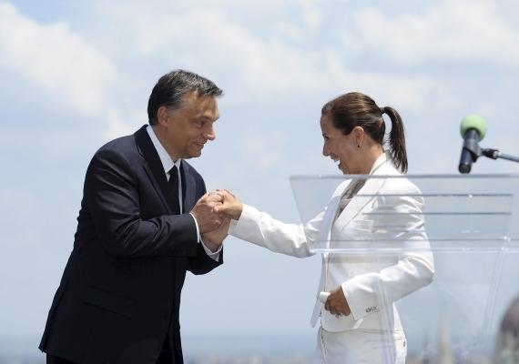 Eleni Tsakopoulos Kounalakis, az Amerikai Egyesült Államok korábbi budapesti nagykövete szinte romantikus jelentbe keveredett Orbánnal 2010-ben, az amerikai függetlenség napja alkalmából rendezett ünnepségen, a nagykövetségen.