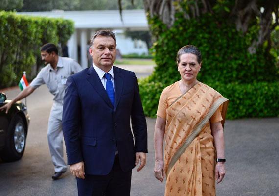 Kínos pillanatokat volt kénytelen átélni Orbán Viktor Indiában, amikor Sonia Gandhival, az Indiai Nemzeti Kongresszus Párt vezetőjével találkozott még tavaly ősszel. A magyar kormányfő a helyi szokásokkal ellentétben kézcsókkal akarta üdvözölni a politikust, aki időben eszmélt, és elrántotta kezét a miniszterelnöki ajkaktól. Indiában komoly tiszteletlenség kezet csókolni, mivel különböző neműek csak ritkán érintik meg egymást, ha nem rokonok. A videót a Hir24.hu-n nézheted meg.