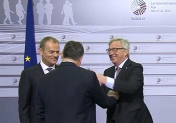Juncker múlt héten fogadta az európai állam- és kormányfőket, de azóta az egész kontinens azt próbálja megfejteni, mi járhatott a bizottság elnökének fejében, amikor végigpofozta, taszigálta és csókolgatta az előtte elvonuló politikusokat. Orbánon kívül más is kapott pofont, de volt, akit fejen csókolt a furcsán viselkedő Juncker. Az Indexen elérhető a teljes videó borzasztó kínos hat perce.