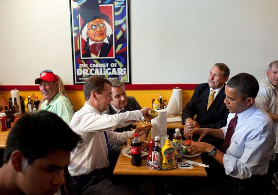 Barack Obama már első kampányában is elsütötte a jó fej amerikai karaktert, aki egy átlagos étteremben hamburgerezik. Később is fontos szerepet töltött be a két zsemle közé ékelt húspogácsa az elnök politikájában. Kedvenc burgerezőjében Dimitirj Megvegyev egykori orosz államfőt is megvendégelte már. A tolmácsok nem voltak éhesek, vagy vegetáriánusok.
