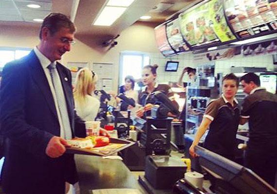 Bár Gyurcsány Ferenc szakácskönyvet is írt, mégis a gyorsétterem csillapította éhségét a kampány alatt. Erről egy homályos fotót is posztolt a Facebookra, bár ennek nem lett akkora sikere, mint Obama hasonló próbálkozásának.