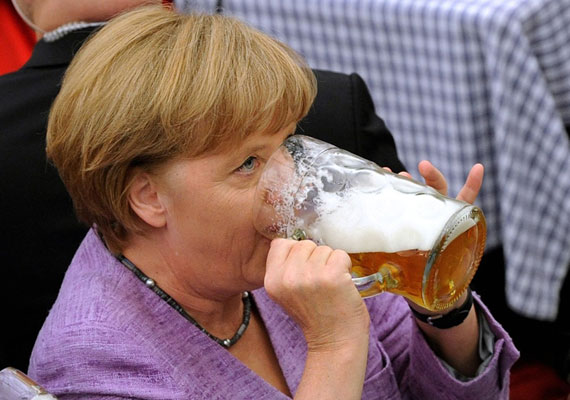 Angela Merkel többször nyúlt már a söröskorsó után, ami Németországban nem egy ritka mozdulatsor. A rossz nyelvek szerint azonban Merkel nem is szereti a habzó italt, azt csak a fotósok kedvéért emeli meg egy-egy különleges alkalomkor. Egykori évfolyamtársai tudni vélik, hogy a kancellár már az egyetemi bulik alkalmával is ódzkodott a sörtől.