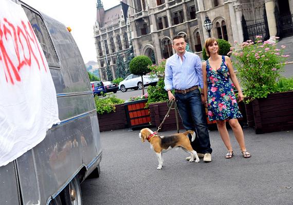 Rogán Antal kutyája tényleg jó barátja a politikusnak. A Fidesz frakcióvezetője elmondása szerint még a feleségét is a Krumpli névre keresztelt kutyának köszönheti, a beagle ugyanis Valentin-napi ajándék volt Gaál Cecíliának. Ezért is okozott nagy riadalmat, amikor 2008-ban eltűnt a család kutyája egy rövid időre.
