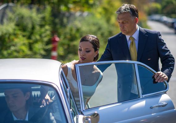 A pár már pénteken kimondta a boldogító igent a polgári szertartás keretein belül, amit szerényen tartottak meg, hiszen még maga Orbán Viktor sem vett részt rajta.
