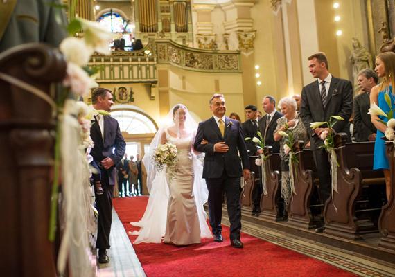 A kormányfő, Orbán Viktor kíséri lányát, Orbán Ráhelt az oltár elé a Margit körúton található ferences templomban.