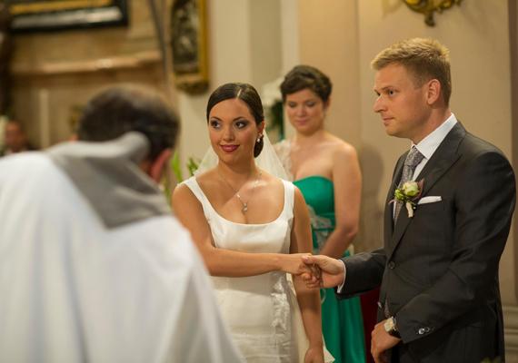 A miniszterelnök lánya, Orbán Ráhel és a férj, Tiborcz István a templomi szertartáson. A fiú az E-OS Innovatív Energetikai Zrt. igazgatósági tagja.