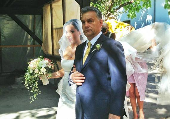 A miniszterelnök, Orbán Viktor és lánya egymásba karolva tartanak a templomi szertartás helyszíne felé.