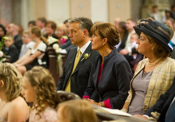 A miniszterelnök, Orbán Viktor feleségével, Lévai Anikóval lányuk esküvőjén.