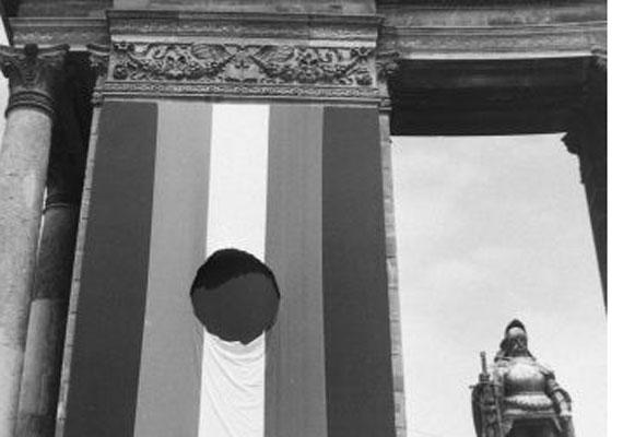 AZ 1956-os forradalom jelképe, a kommunista címertől megfosztott, lyukas lobogó. 1989-ben újra előkerült.