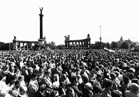 A körülbelül 30 ezer résztvevő mellett több száz külföldi stáb is részt vett az újratemetésen, és tudósította róla a világot.