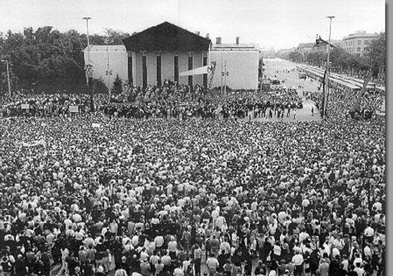 A délelőtt tartott, ötórás megemlékezésen több tízezer ember vett részt, és rótta le kegyeletét Nagy Imre és mártírtársai koporsója előtt.