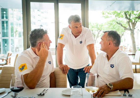 Van, amikor nem lehet kilógni a sorból. Orbán úszómesterpólóban vett részt 2013-ban a nemzetközi úszószövetség ülésére készülő magyar delegáció ebédjén Barcelonában.
