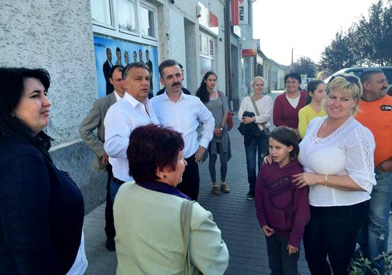 Az önkormányzati választás előtt Orbán Bicskén járt, ahol az utca embereivel találkozott. Furcsán is hatott volna az öltöny és a nyakkendő egy kellemes őszi napon, közvetlen beszélgetéshez.