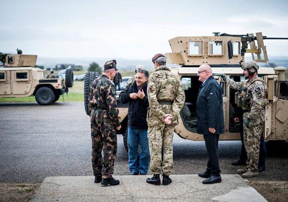 Ki látott már olyat, hogy egy hadgyakorlaton, csupa egyenruhás, terepszínű ruhába bújt katona között nyakkendőtűs kormányfő ácsorogjon? Orbán egy kissé bő farmernadrágot, kockás inget és egyszerű kabátot vett fel a terepre.