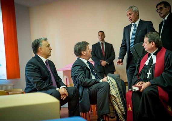 Nemrég Orbán a soltvadkerti evangélikus óvoda átadóján járt. Az esemény ünnepi volt, a gyerekek és a felnőttek is szépen kiöltöztek, így a miniszterelnök is az alkalomhoz illő ruhában jelent meg.