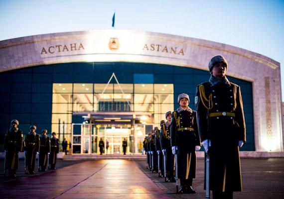 Naplemente Asztanában. Érkezik Kazahsztán igaz barátjának miniszterelnöke. Ezzel a titulussal Nazarbajev elnök kedveskedett a magyar delegációnak.