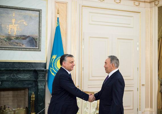 A maximalista Nurszultán Nazarbajevvel fog kezet Orbán. A kazah elnök nem elégszik meg a kétharmados győzelmekkel, mint magyar partnere, ő a háromharmadra hajt. És általában sikerül is neki elérni azt.