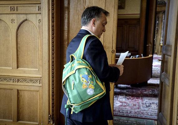 A miniszterelnök már időben felkészült az eseményre. Áprilisban tette közzé az új hátizsákjáról készült fotót, melyen a brazíliai esemény logója látható.