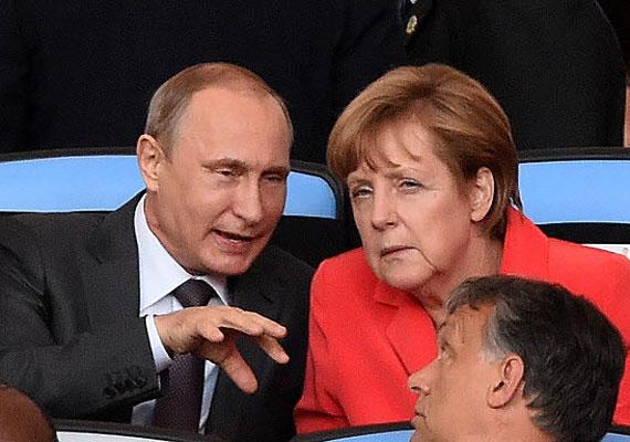 Munkában a magyar hírszerzés? Orbán elcsíphetett pár érdekes foszlányt az orosz elnök és a német kancellár beszélgetéséből a szünetben.