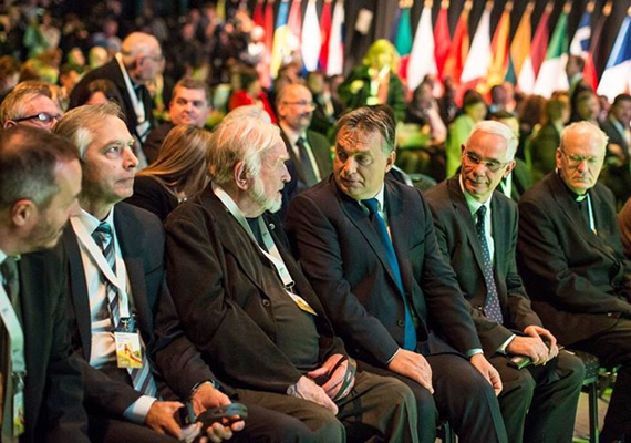 A kormánynak azzal is szembe kellett néznie, hogy egyre kevesebb gyermek születik Magyarországon. Orbán itt éppen a novemberi demográfiai fórumon látható, amit a Millenárison tartottak.