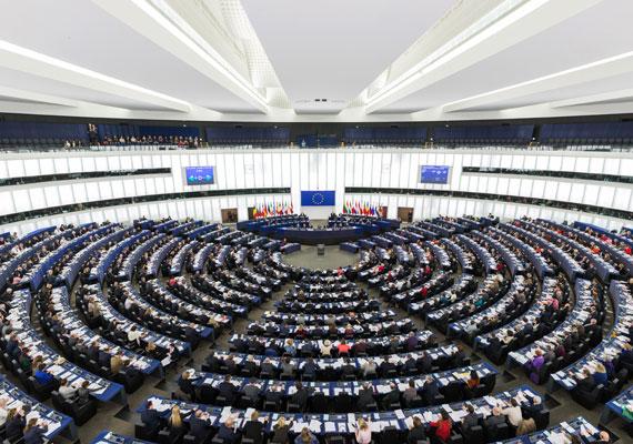 Az EP-képviselők alapbére bruttó 2,5 millió forint körül mozog, amiből úgy 1,9 milliót tehetnek zsebre az adók levonása után. Ez a pénz szabadság alatt is jár nekik - ahogy a Blikk megírta -, ugyanakkor a parlament tevékenysége alatt, ha bemennek az épületbe, máris napi 95 ezer forint épül rá az alapbérre, és akkor még nem is beszéltünk az utazások elszámolásáról, ami havi szinten akár 1,3 millió forint is lehet.