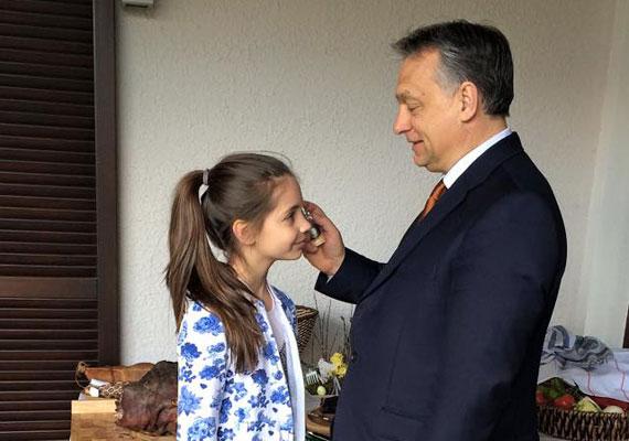 Idén nem sonkával, hanem legkisebb lányával fényképezkedett húsvét alkalmából a miniszterelnök. Azt ugyan nem tudhattuk így meg, hogy mi volt az ünnepi menü, de azt igen, hogy Orbán még életben tartja a kihalófélben lévő locsolás hagyományát.