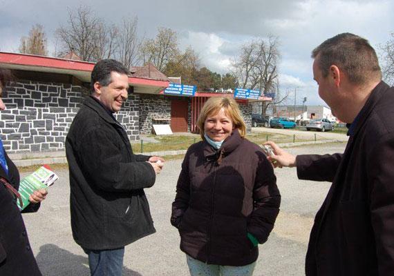 Schiffer András, az LMP társelnöke gerillalocsolásban vett részt Veszprém megyében. Pártja és saját Facebook-oldala szerint a fél megyét befújta kölnivel.