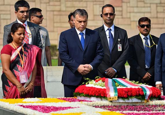 A magyar kormányfő lerótta tiszteletét az indiai függetlenség vezéralakja, Mahátma Gandhi emlékhelyénél.