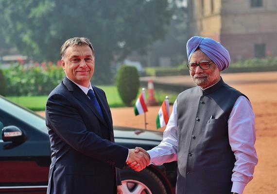Az indiai miniszterelnök, Manmohan Szingh fogadja a magyar miniszterelnököt, Orbán Viktort.